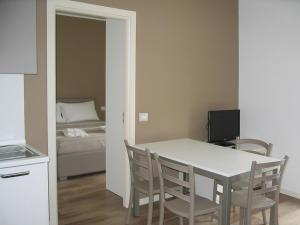 Residence Borgo Del Cigno, Apartmánové hotely  Spinone Al Lago - big - 5