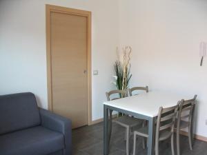 Residence Borgo Del Cigno, Apartmánové hotely  Spinone Al Lago - big - 16