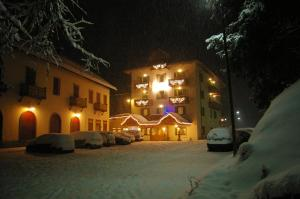 Hotel Zanella, Hotely  Peio Fonti - big - 37