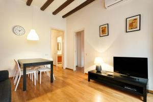 Large One-Bedroom Apartment (2 Adults)