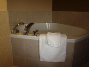 Deluxe King Suite with Spa Bath - Non-Smoking
