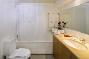 Zimmerausstattung: Badewanne, Badewanne Oder Dusche, Badezimmer, Balkon,  Bügeleisen, Dusche, Essbereich, Flachbild TV, Fliesen /Marmorboden,  Haartrockner, ...