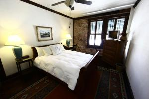 Deluxe Queen Room with One Twin Bed
