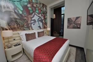Dvoulůžkový pokoj Superior s manželskou postelí, rozkládací pohovkou a výhledem na bazén