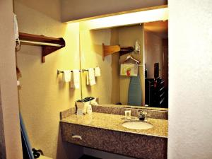 Super 8 by Wyndham San Antonio at I-10, Motels  San Antonio - big - 9