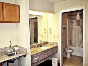 Super 8 by Wyndham San Antonio at I-10, Motels  San Antonio - big - 18