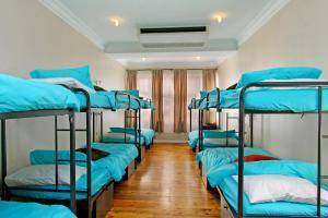 Cama Individual num Dormitório Feminino com 12 Camas