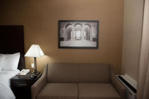 Rom med king-size-seng og sovesofa