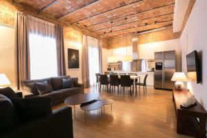 Four-Bedroom Apartment Comfort - Ronda Universitat 15