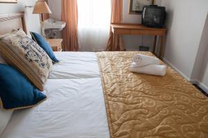 Стандартный двухместный номер с 2 отдельными кроватями и общей ванной комнатой