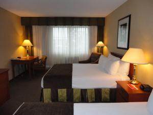 Deluxe Business Queen Room with Two Queen Beds