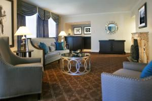 One-Bedroom King Suite with Roll-In Shower - Disability Access
