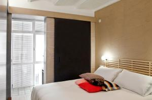 Two-Bedroom Penthouse Apartment with Terrace - 11, Ronda Universitat Street