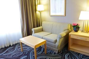 Pokoj typu Standard s manželskou postelí velikosti King a rozkládací pohovkou