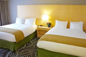 Pokoj se 2 manželskými postelemi velikosti Queen