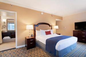 Zimmer mit Kingsize-Bett und Badewanne - barrierefrei