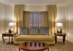 Zimmer mit zwei Queensize-Betten und Badewanne – barrierefrei