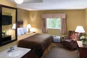 King Room with Roll-In Shower - Disability Access with Patio