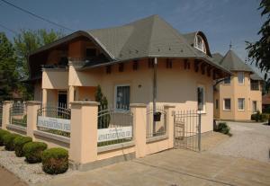 Castelinho Apartmanház, Apartments  Gyenesdiás - big - 15