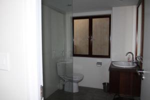 Двухместный номер с 2 отдельными кроватями и собственной ванной комнатой за пределами номера