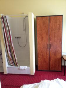 Jednolůžkový pokoj se společnou koupelnou a toaletou