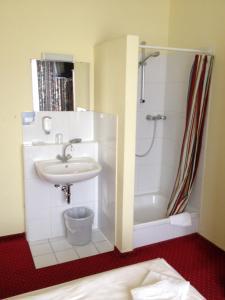 Dvoulůžkový pokoj s manželskou postelí a společnou koupelnou a toaletou