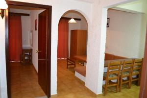 Karavos Hotel Apartments, Aparthotels  Archangelos - big - 15