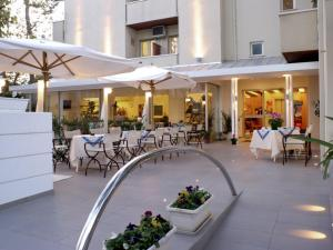 Hotel Nives, Отели  Риччоне - big - 1