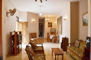 Travellers Rest Home, Гампола