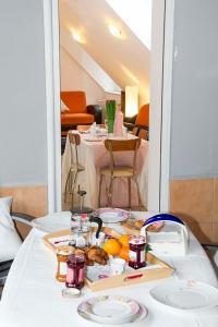 9 Suites ApartHotel, Aparthotels  Braşov - big - 38