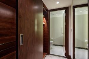 Apartament typu Suite z balkonem, widokiem na park i dostępem do salonu Executive Lounge – bezpłatny transfer lotniskowy