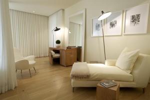 Mniejszy Apartament (Junior Suite) z widokiem na rzekę Arno