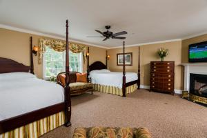 Double Queen Room with Fireplace - Winstead Inn