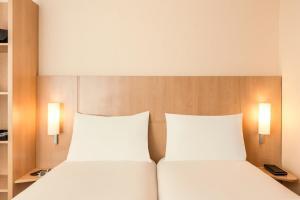 标准间 - 带一张双人床和一张单人床(3名成人)