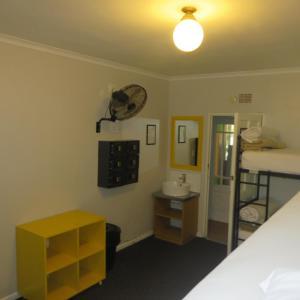 Кровать в общем 6-местном номере для мужчин и женщин