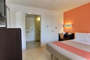 Doppelzimmer mit 2 Doppelbetten und einer barrierefreien Dusche - rollstuhlgerecht