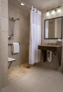 Habitación adaptada para personas de movilidad reducida con cama extragrande y ducha a ras de suelo