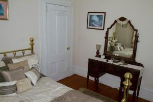Historic Hill Inn, Bed and Breakfasts  Newport - big - 10