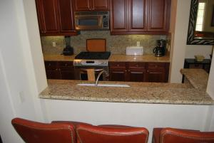 Two Story Three-Bedroom Townhouse Unit 365 by Reynen Luxury Homes, Holiday homes  La Quinta - big - 25