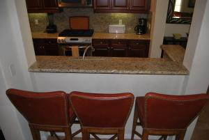 Two Story Three-Bedroom Townhouse Unit 365 by Reynen Luxury Homes, Holiday homes  La Quinta - big - 26