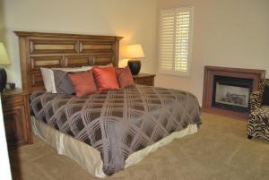 Two Story Three-Bedroom Townhouse Unit 365 by Reynen Luxury Homes, Holiday homes  La Quinta - big - 2