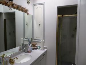Kamer met Queensize Bed en Gedeelde Badkamer