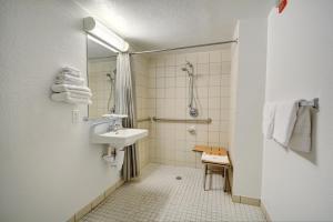 Motel 6 Newport Rhode Island, Отели  Ньюпорт - big - 8