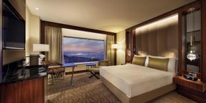 Pokój typu Executive z łóżkiem typu king-size, widokiem na cieśninę Bosfor i dostępem do salonu Executive Lounge