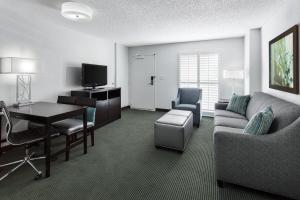 Queen Suite - Hearing Access - Pool View