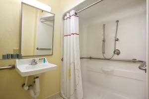 Queen Studio Suite with Bathtub - Disability Accessible
