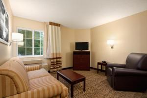 Queen Suite with Sofa Bed and Bathtub - Disability Accessible