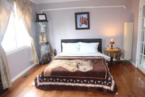 Queen Room with Shared Bathroom - First Floor