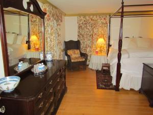 Pokój z łóżkiem typu king-size i widokiem na jezioro