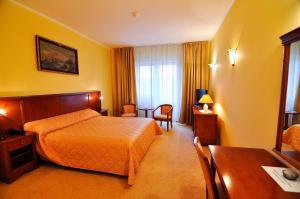 Hotel Maxim, Отели  Орадя - big - 17